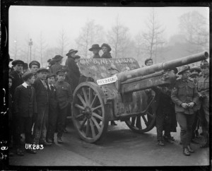 A field gun captured by the New Zealand Division on display in London at the end of World War I. Royal New Zealand Returned and Services' Association :New Zealand official negatives, World War 1914-1918. Ref: 1/2-014086-G. Alexander Turnbull Library, Wellington, New Zealand. http://natlib.govt.nz/records/22885569