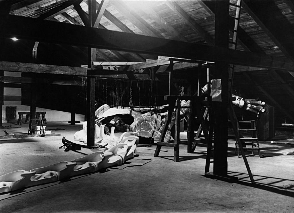 Vormontage auf dem Dachboden, Vorderansicht des Skelettes mit Hals Museum für Naturkunde Berlin Historische Bild- u. Schriftgutsammlungen (Sigel: MfN, HBSB) Bestand: Pal. Mus., Signatur: B/III 32